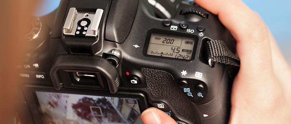 Зеркальная камера Canon EOS 760D: Солидная модель среднего класса с хорошей комплектацией и качеством изображения.