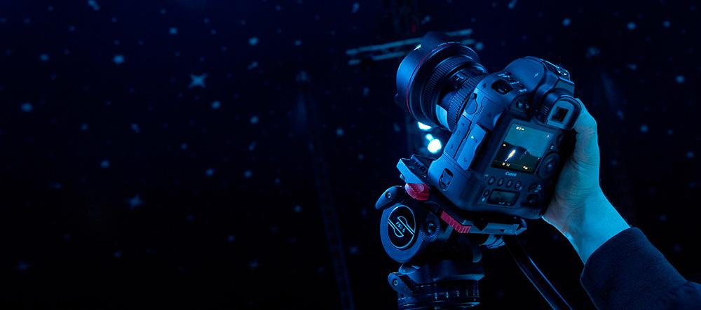 Зеркальная камера Canon EOS: Профессиональная камера с батарейным блоком и большим полноформатным сенсором EOS 1DX Mark II.