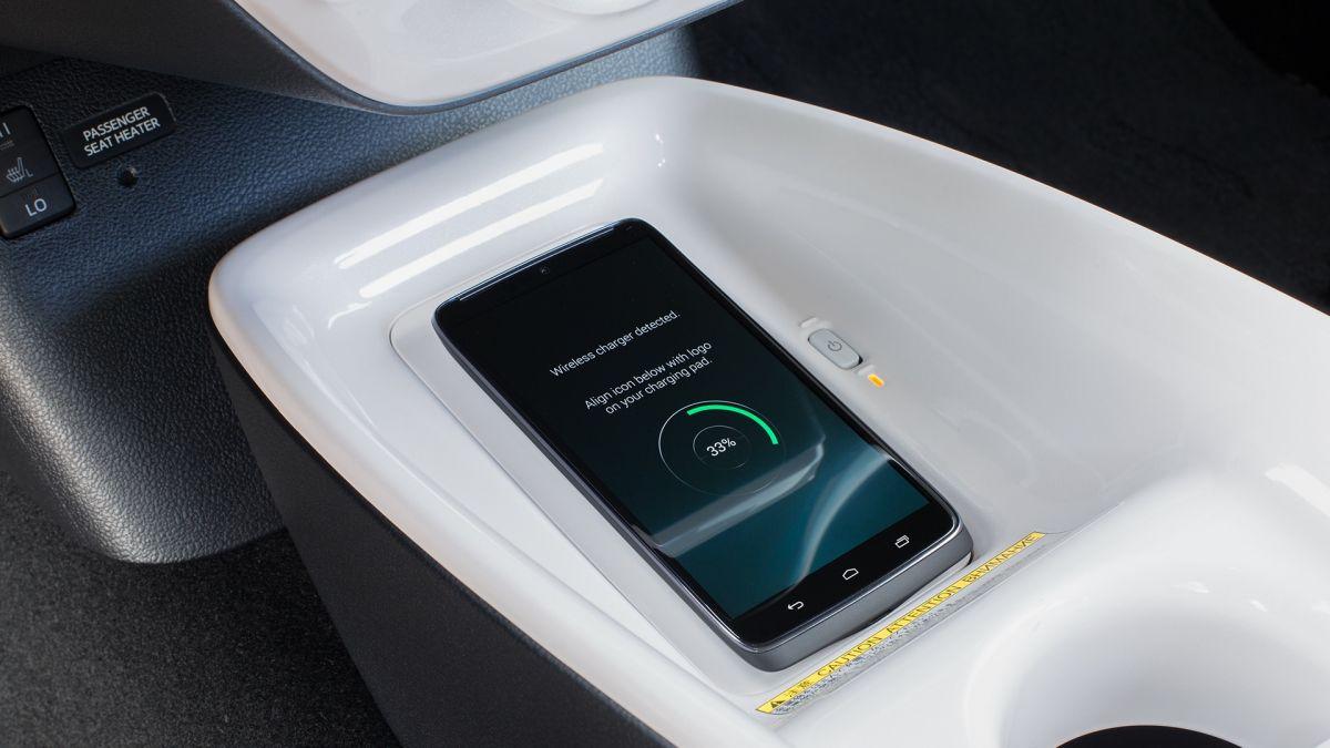 Toyota Prius: В салоне есть индукционная зарядка для соответствующих смартфонов, которая находится под селектором трансмиссии.