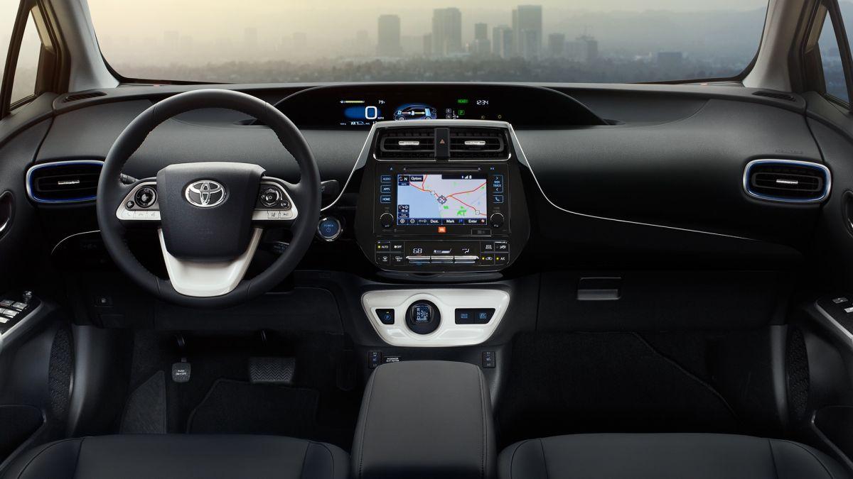 Toyota Prius: дизайн интерьера застрял где-то между 80-ми годами и будущим.