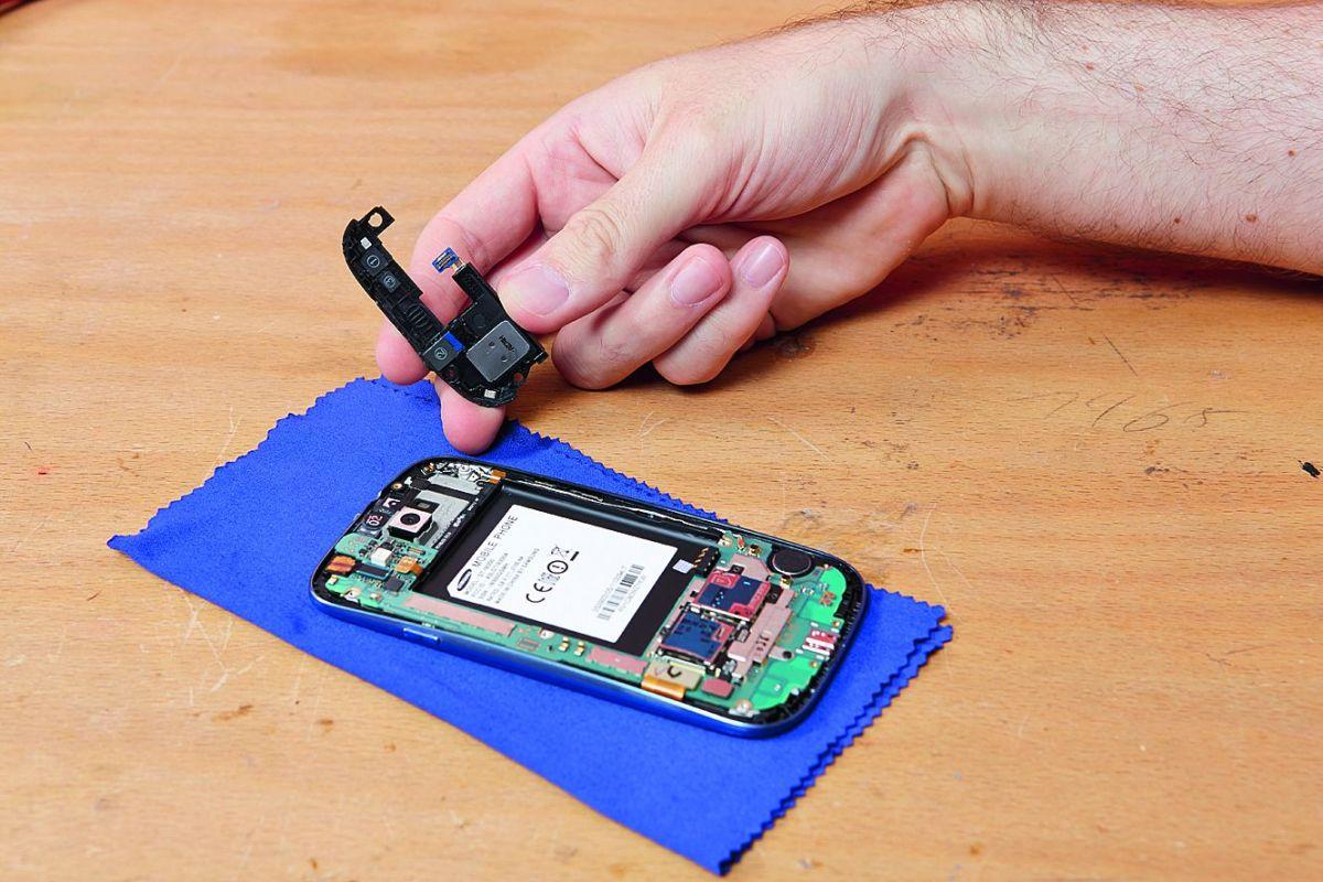 Прост для ремонта. Корпус Samsung Galaxy S III — тонкий и легкий, его очень легко открыть, поэтому замена аккумулятора производится пользователем без применения специальных инструментов