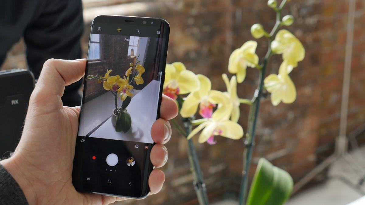 Samsung Galaxy S8: оснащен быстрой 12-мегапиксельной камерой (на иллюстрации: Galaxy S8+).