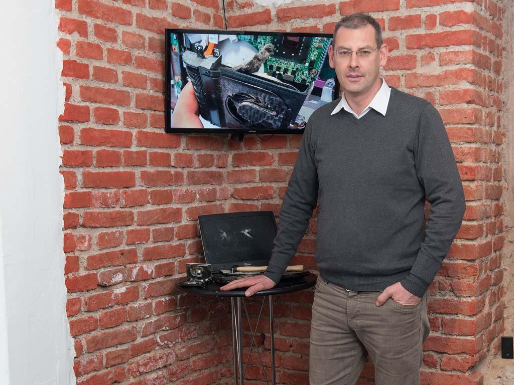 Падрек Макграт работает в своей мастерской по ремонту компьютеров, ноутбуков, смартфонов и другой мобильной техники Zeklink, которая расположена в восточном Мюнхене