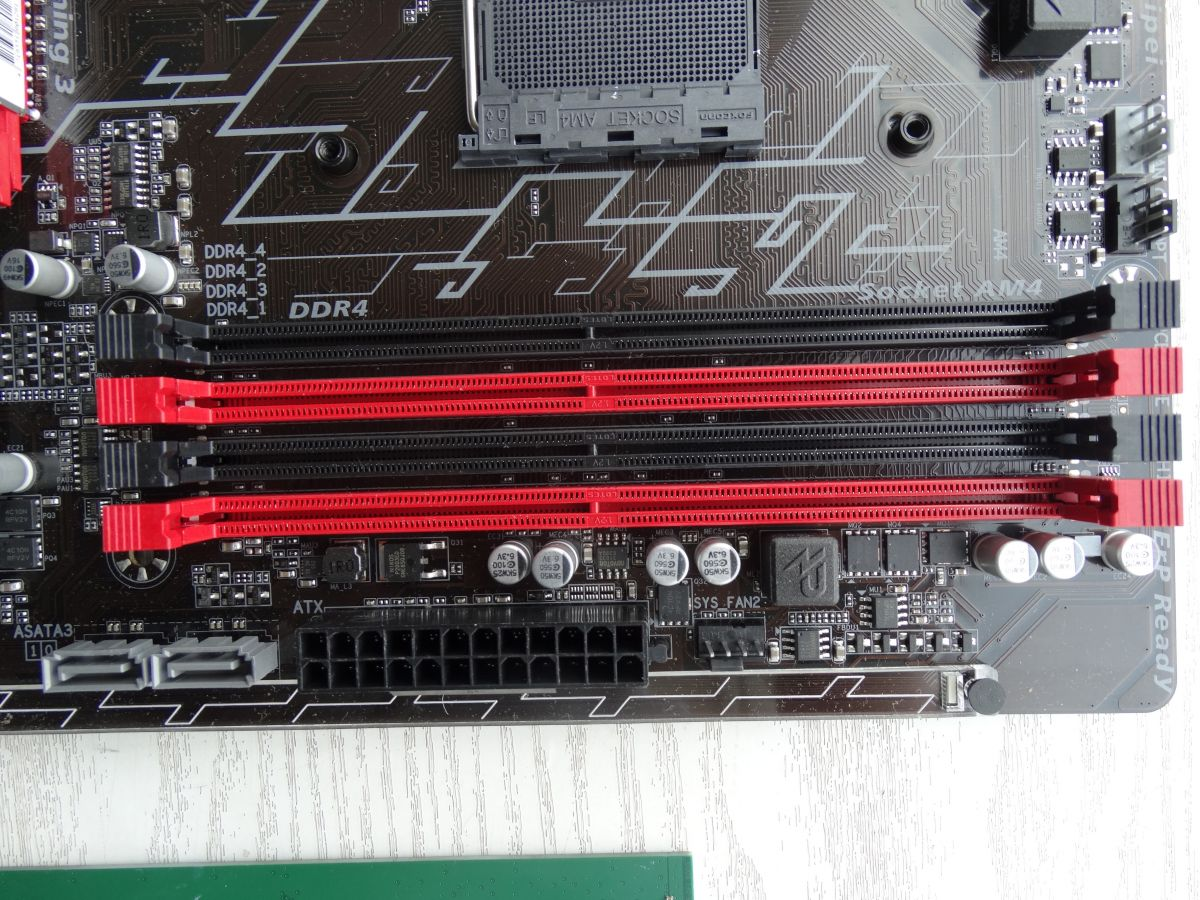 Разъемы DIMM материнской платы Gigabyte GA-AB350-Gaming 3