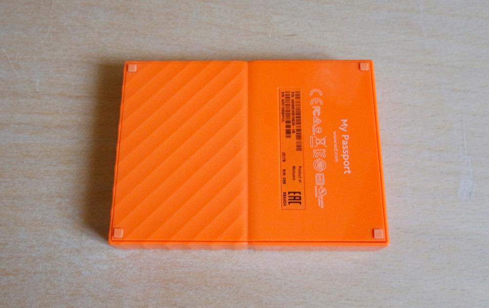 WD My Passport 1 TB: на задней стороне внешнего HDD разместились прорезиненные ножки, предотвращающие скольжение.