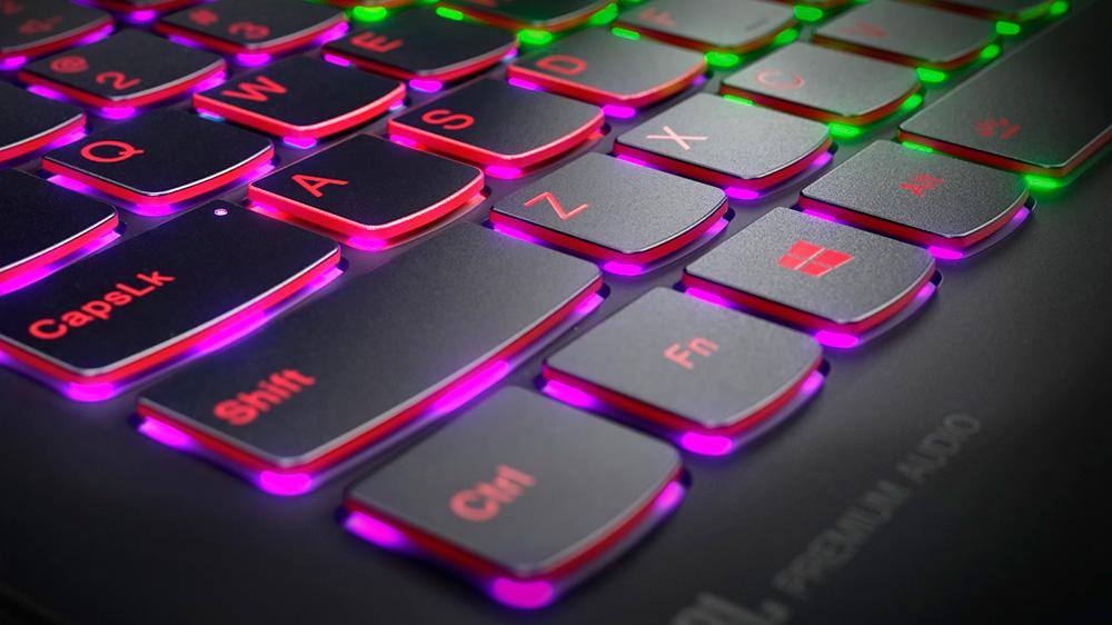 Lenovo Legion Y720: опционально подсветка клавиатуры может быть программируемой. Базовым цветом является насыщенный красный.