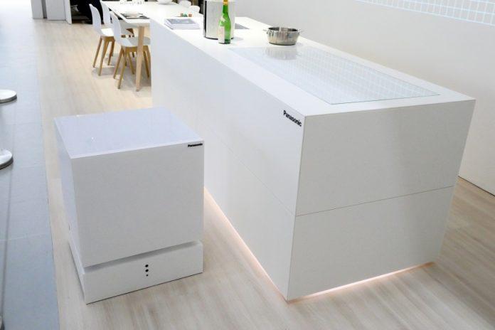 Panasonic продемонстрировала холодильник, который приезжает по первому зову хозяина