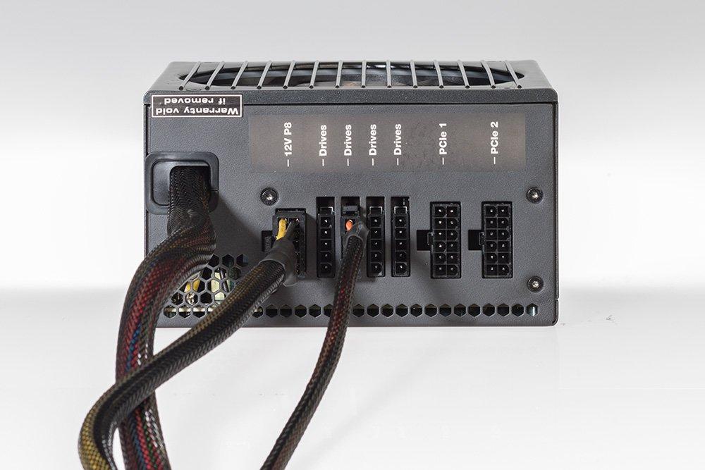 К блоку питания с системой организованной укладки кабелей ненужные кабели даже не будут подключаться. Выглядит аккуратно — а это важно, прежде всего, для корпусов со стеклянной передней панелью.