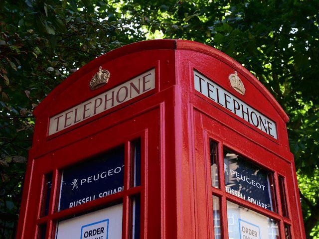 Телефонная будка + планшет = самый маленький в мире автосалон