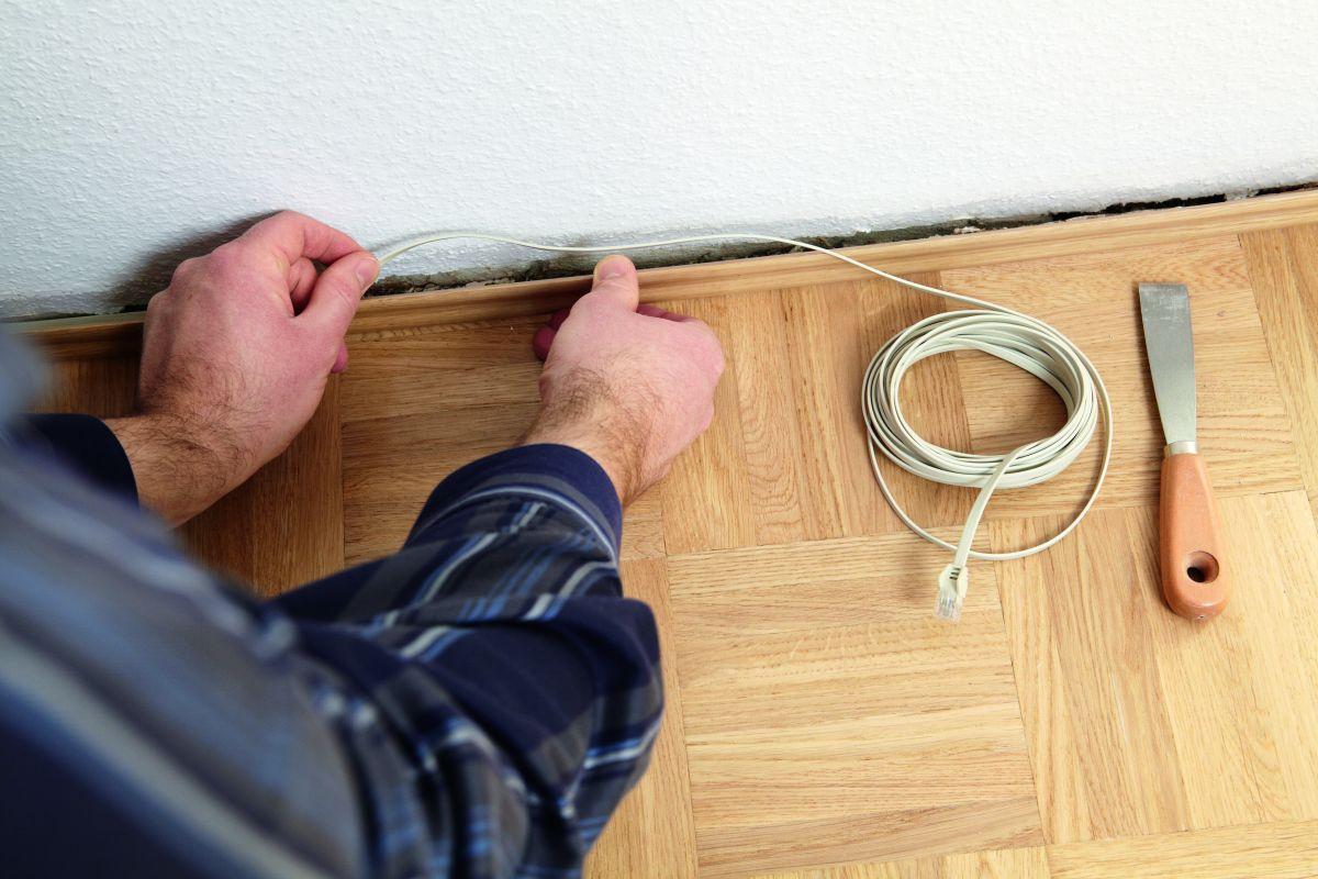 Плоский кабель можно прятать за плинтусами и тем самым защищать его от повреждения пылесосами— обычными или роботами.