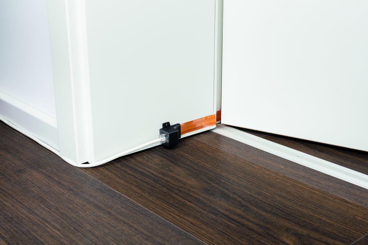 Проложить кабель ЛВС через рамы дверей и окон можно при помощи дверного ввода стоимостью около 700 рублей.