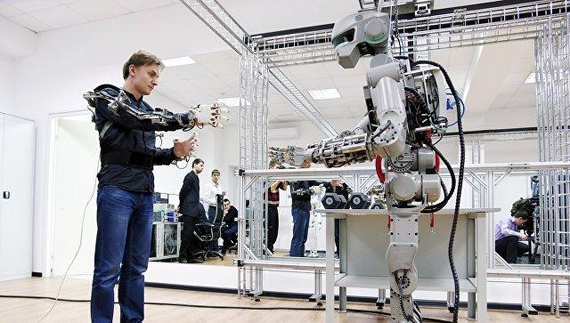 Сергей Хурс и робот Fedor