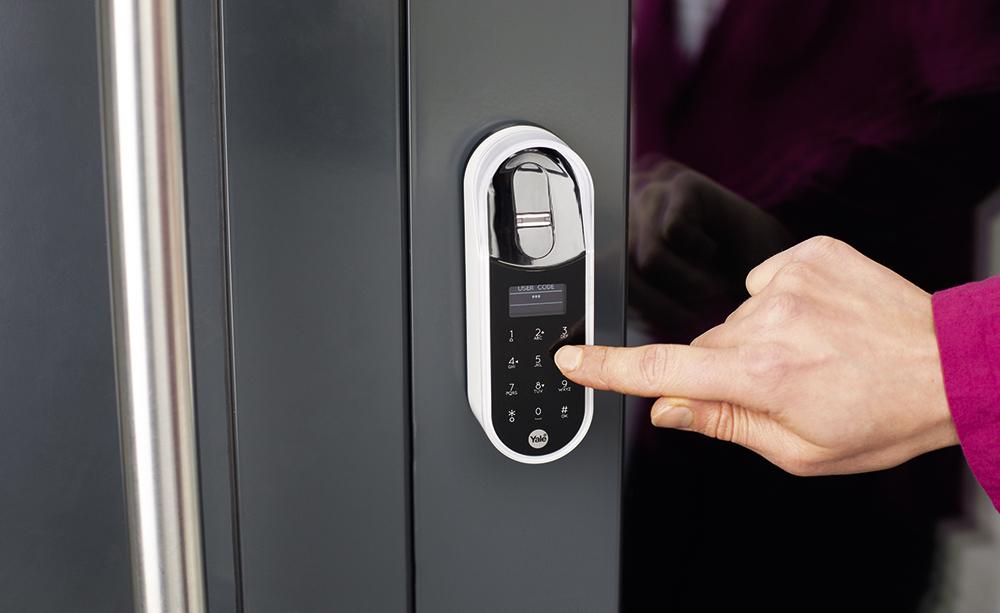 Универсальный замок: приводный смарт-замок ENTR Yale предоставляет доступ не только через приложение, но и с помощью PIN-кода или отпечатка пальца.