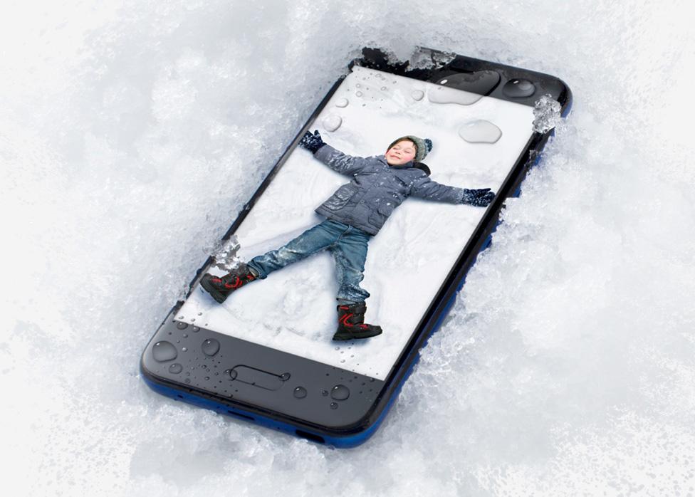 HTC U11 Life: сканер отпечатка пальца находится на передней стороне, где дотягиваться до него удобно. А еще телефону не страшны брызги воды и падение в снег.
