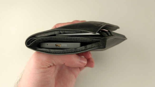 Только спустя некоторое время после фотосессии нам пришло в голову, что компьютер так и остался вставленным в портмоне. Непреднамеренный тест на прочность в заднем кармане брюк Pico прошел безукоризненно.