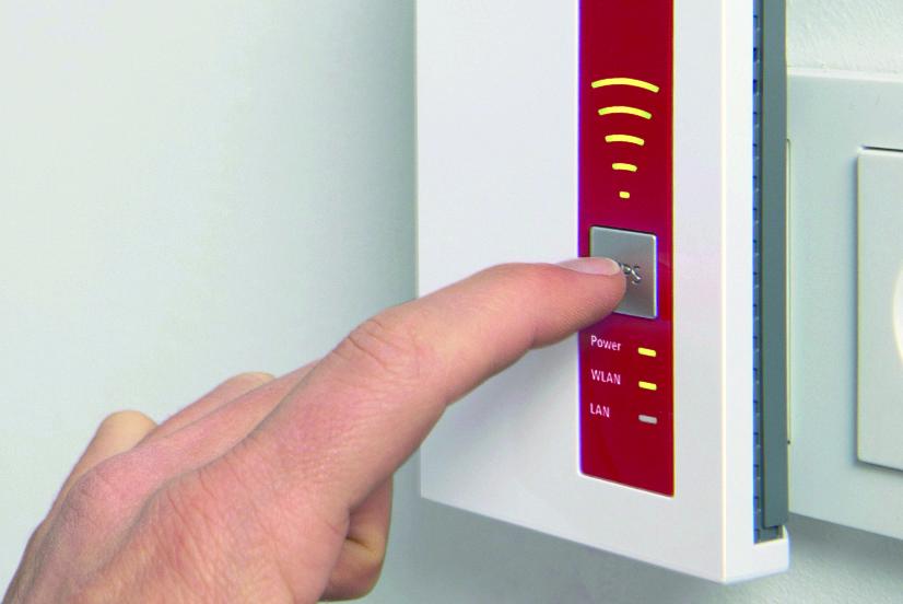 Аппаратные кнопки обеспечивают возможность быстрого подключения к беспроводной сети роутера или перезагрузки повторителя.
