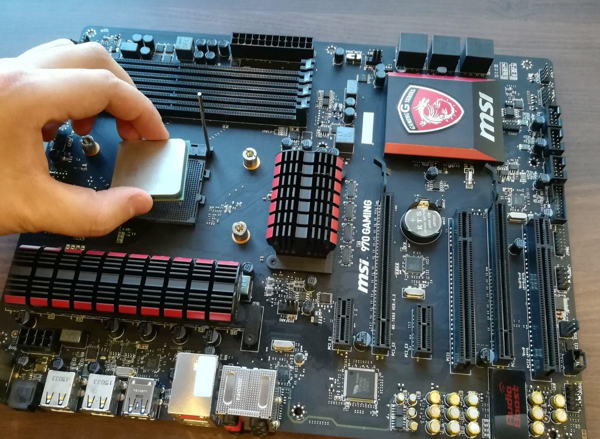 При монтаже процессора совместите метку на нем с меткой на материнской плате, после чего опустите до щелчка рычаг фиксатора