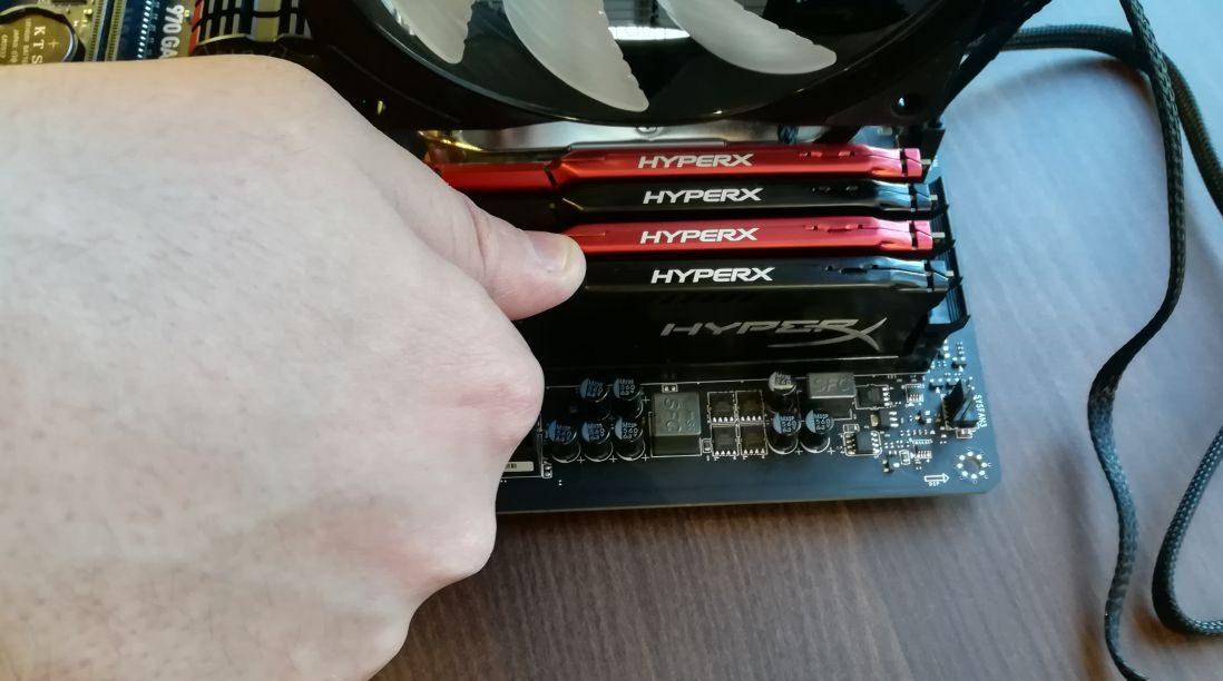Разный цвет радиаторов памяти позволяет выделить пары чипов для двухканального режима. Установку лучше выполнять на столе