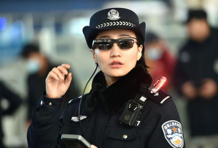 Полиция Китая начала использовать очки с технологией распознавания лиц