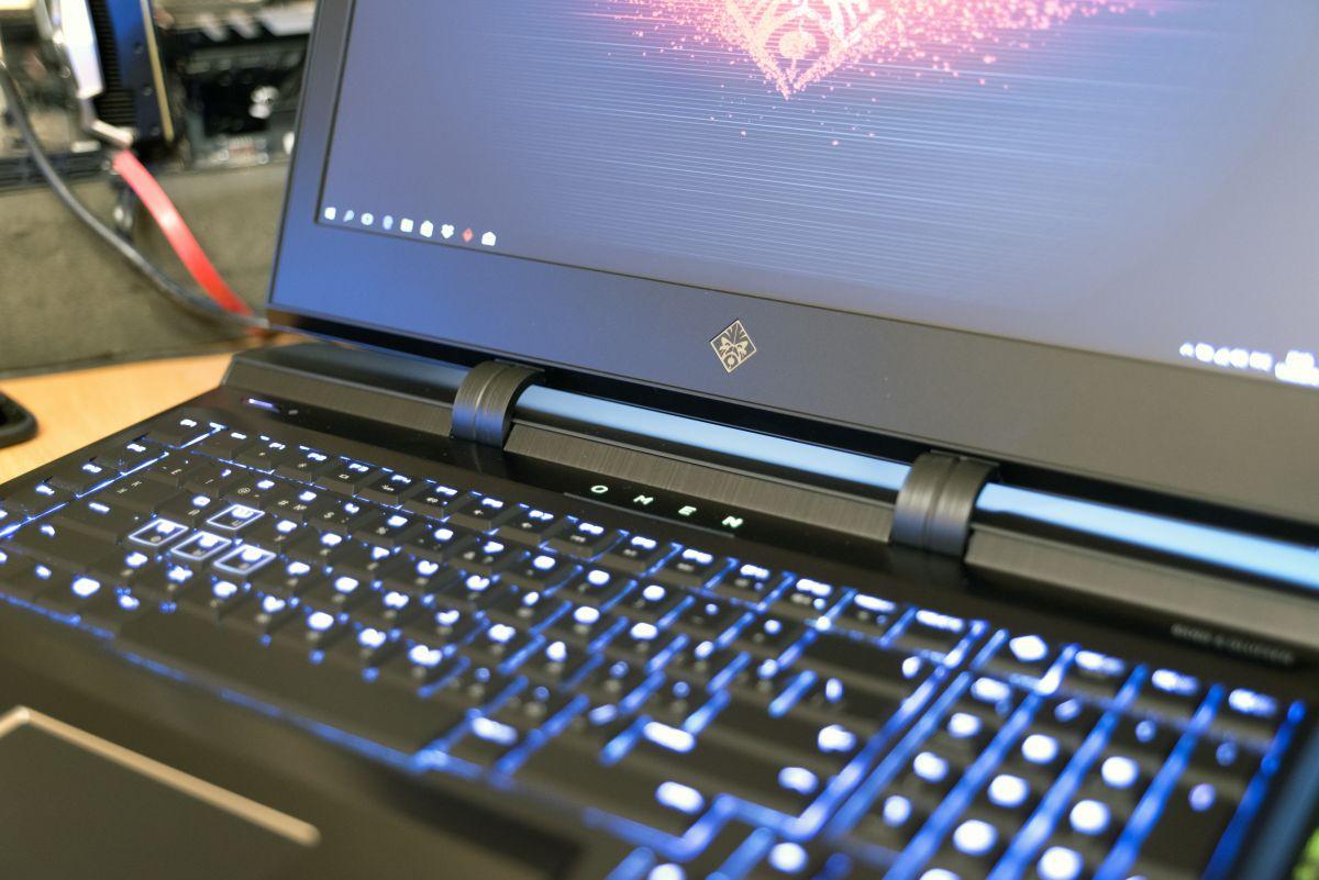HP Omen X 17ap004ur - прочные петли