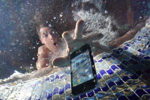 А вы роняли свой телефон в воду?
