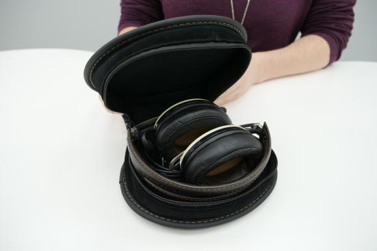 Наушники от Sennheiser подойдут для путешествий: их можно складывать и хранить в футляре