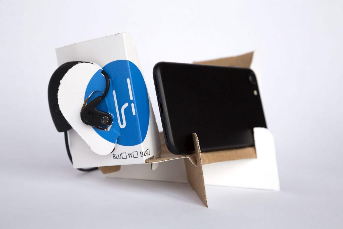 Коробку, в которой продаются Hooke, можно использовать в качестве «искусственной головы» и подставки для смартфона.