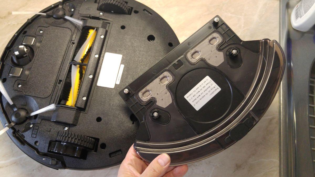 Робот-пылесос Polaris PVCR 0920WV: в контейнер для влажной уборки можно заливать воду и прикреплять к нему микрофибровую салфетку
