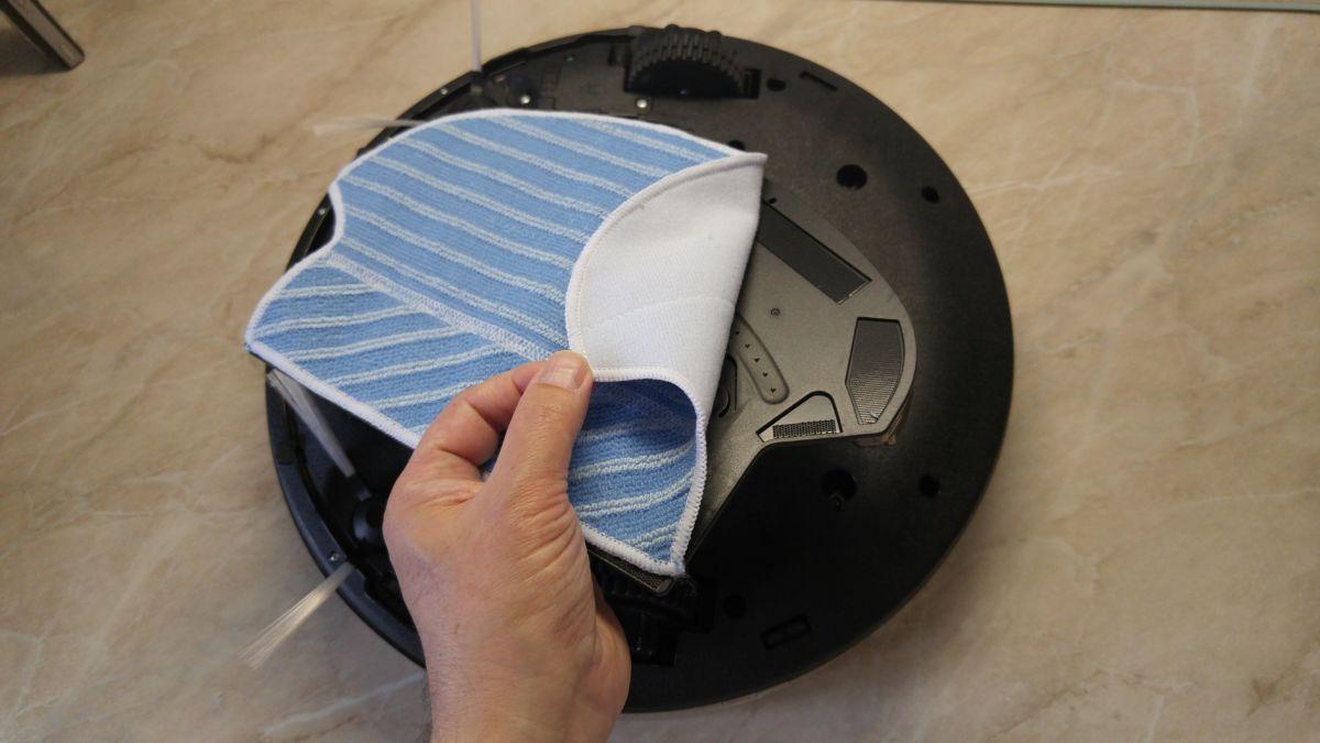 Влажная уборка: на нижнюю часть робота прикрепляется специальная насадка с контейнером для воды и липучкой для накладки микрофибровой салфетки
