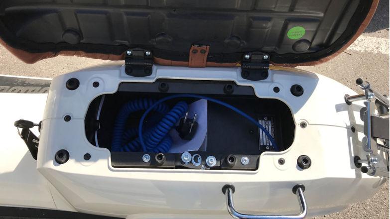 «Багажник» под сиденьем вмещает 5-метровый кабель и вряд ли там найдется еще дополнительное пространство