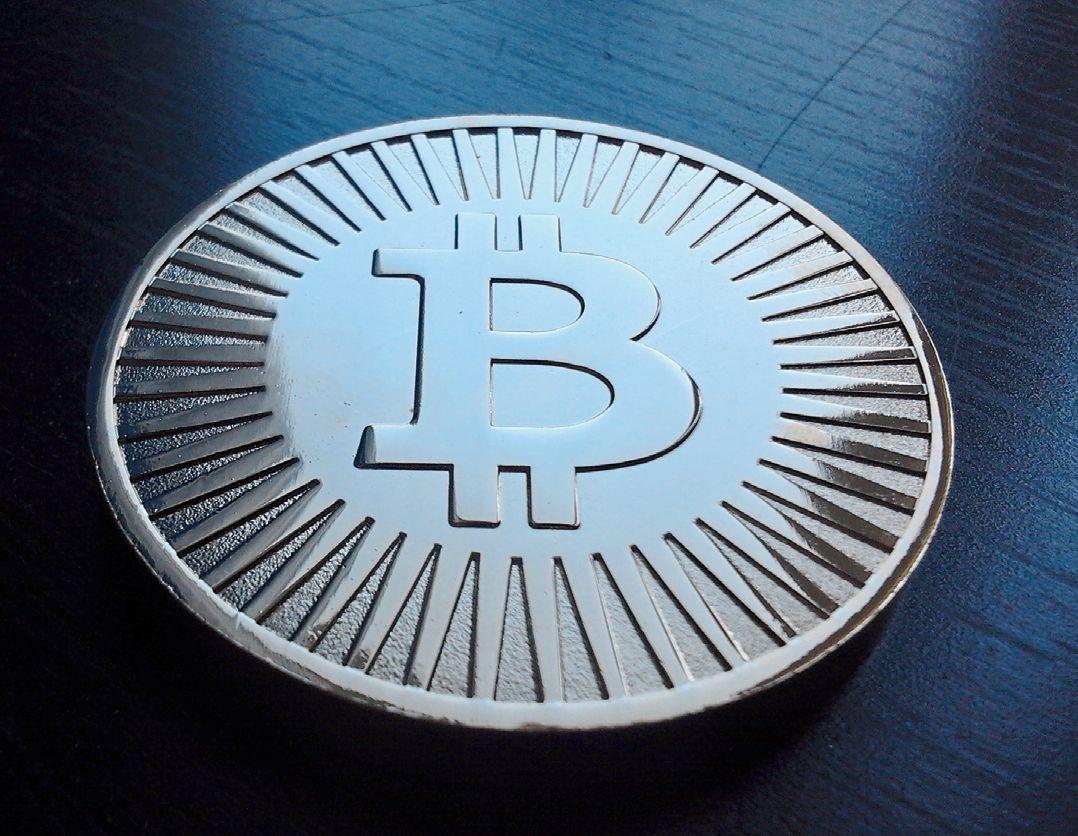 Технологически Bitcoin использует распределенные вычисления. В основе его лежат те самые P2P-сети, с которыми вот уже несколько лет пытаются бороться законодатели многих стран мира