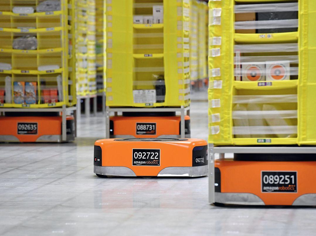 В логистическом центре Amazon на отгрузке посылок работают сотни роботов-транспортировщиков, управляемых единой системой