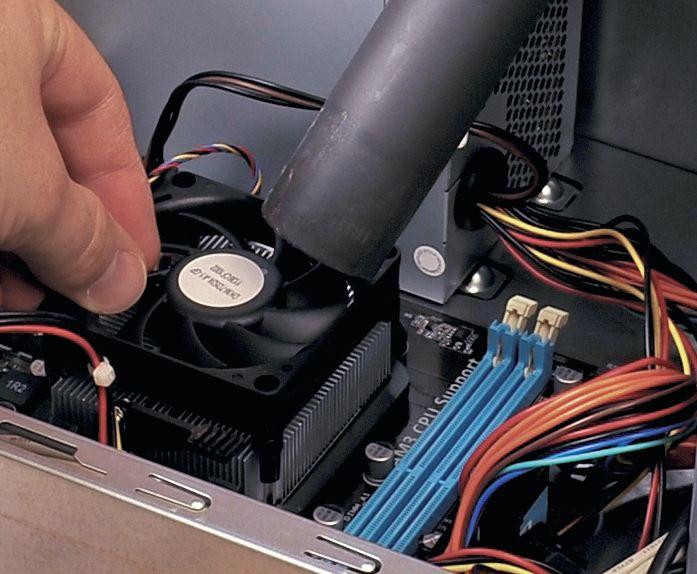 Если на кулере процессора скопилась пыль, вытяните ее пылесосом, удерживая вентилятор