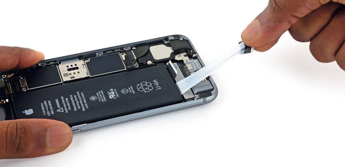 На некоторых аккумуляторах по бокам есть маленькие язычки, которые удаляют клей из-под них