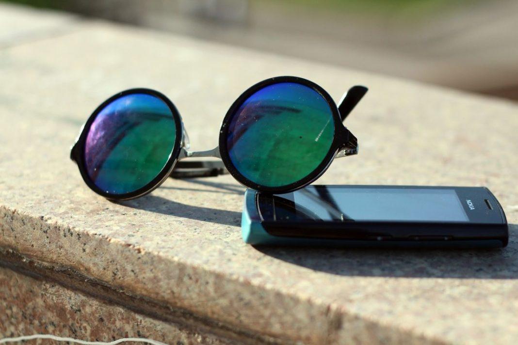 Испанские ученые: синий свет смартфонов повреждает сетчатку глаза