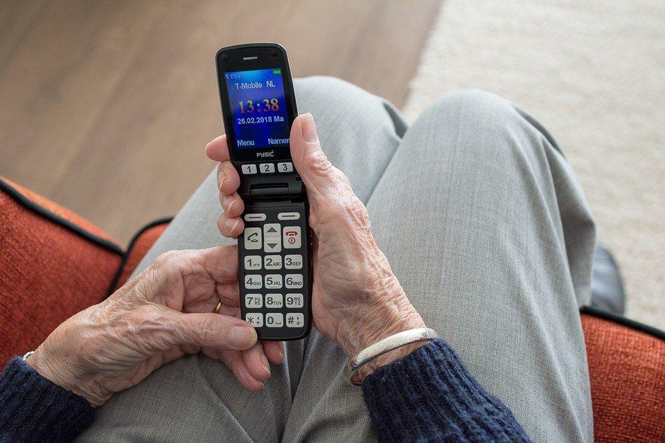 7 лучших «бабушкофонов»: подборка телефонов для пожилых