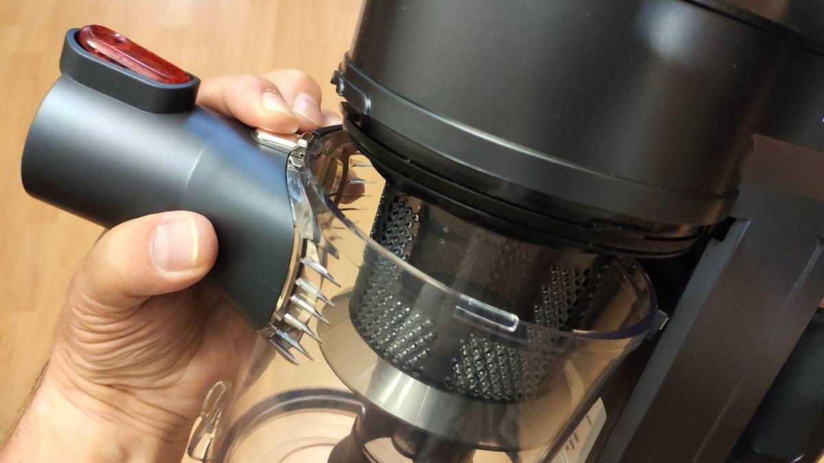 Портативный пылесос Polaris PVCS 0922HR: колба фильтра снимается после нажатия кнопки фиксатора и поворотом против часовой