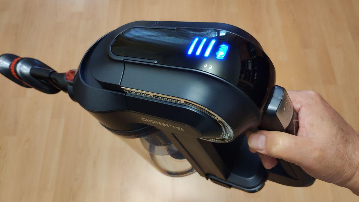 Портативный пылесос Polaris PVCS 0922HR: индикатор в верхней части полосками показывает уровень заряда аккумулятора