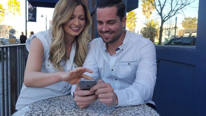 В России хотят сажать за подглядывание в смартфон супруга