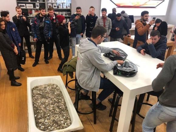 В России iPhone XS можно купить за ванну мелочи