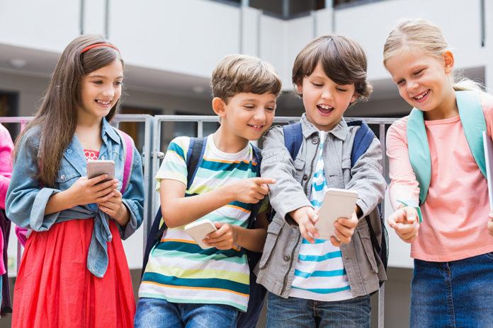 afe18a675fa5 Телефон для ребенка 7-8 лет в школу: какой смартфон лучше выбрать и ...