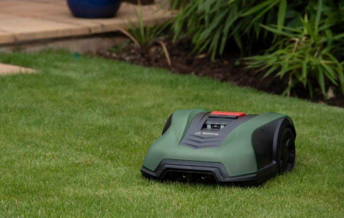 Bosch представил газонокосилку, которая сама решает, когда косить траву