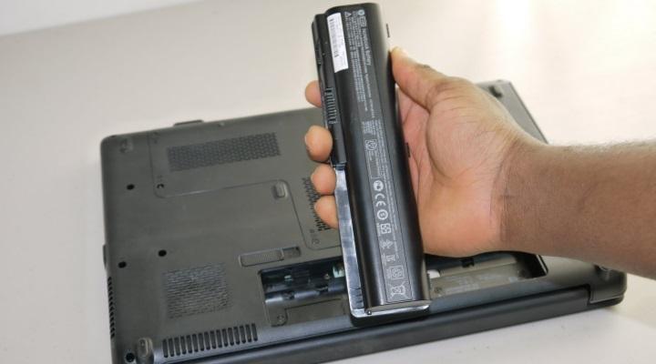 Надо ли отключать батарею ноутбука, если работаешь от розетки?