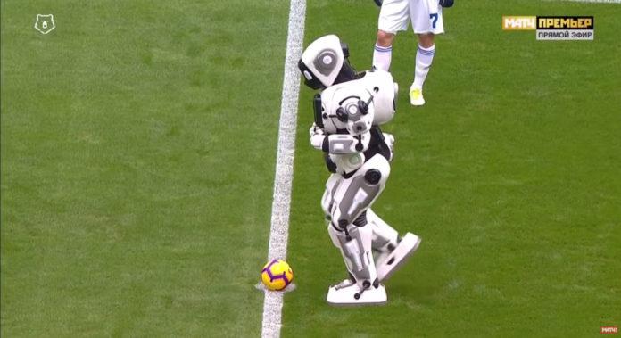 Человека в костюме робота снова попытались выдать за настоящего андроида