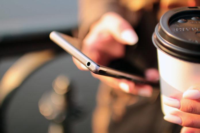 Российские ученые придумали, как подзаряжать смартфон от тепла человеческого тела