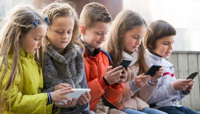 9 смартфонов для школьников до 10 000 рублей