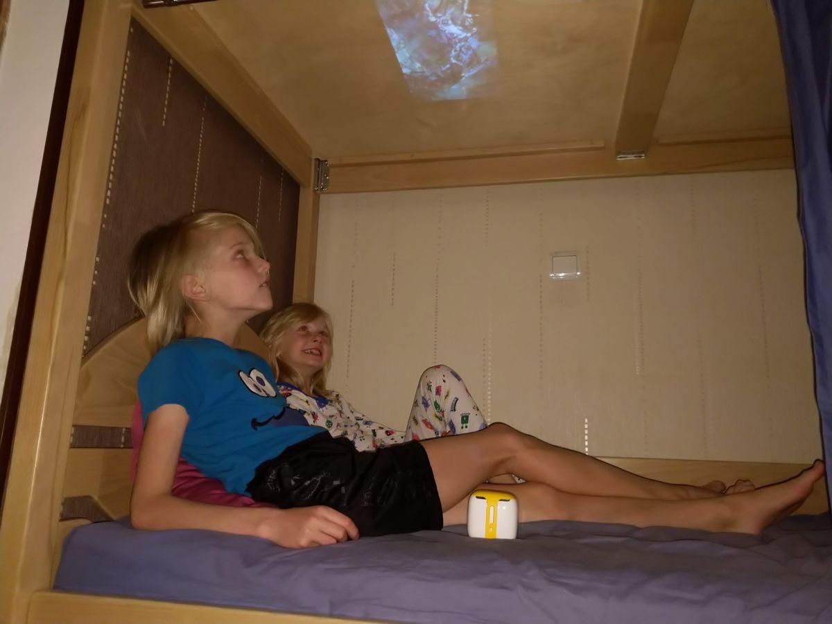 Обзор и тест нового мини-проектора ДиаКубик: кинотеатр на потолке