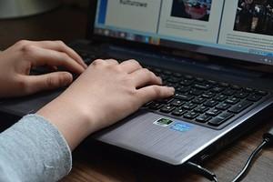 Как вытащить и заменить батарею ноутбука?