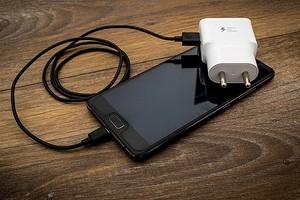 Европа хочет создать единый стандарт для зарядки всех смартфонов. Но Apple против