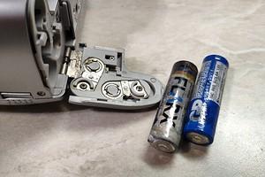 Как очистить контакты после протекания батарейки